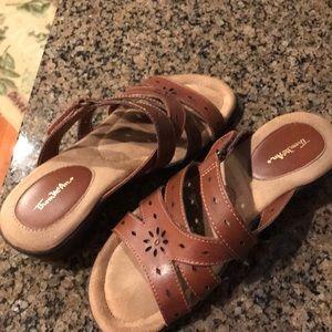Thom McAnn brown sandals 👡. Size is 7W. 🌻🌞🌻🌞